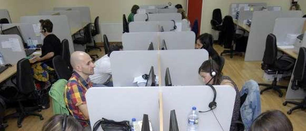 Trabajadores del centro telefónico de Valnalón, en una imagen de archivo.