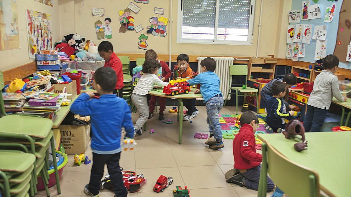 Un grupo de escolares de Infantil en un aula de un colegio benaventano.  J. A. G.
