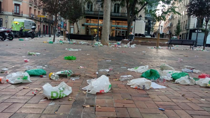 Los botellones del domingo de las fiestas del Pilar dejan restos en la plaza del Justicia y la calle El Temple