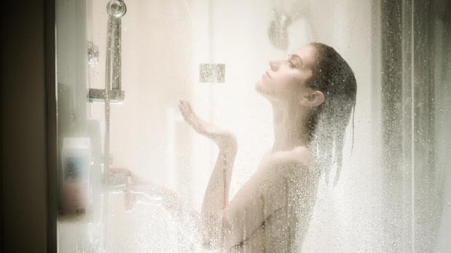 La crema que arrasa en ventas para dejar la mampara de la ducha como nueva