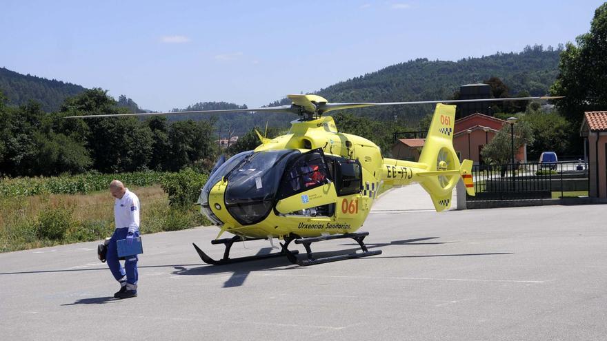Evacuado en helicóptero un menor al que le cayó encima un portal en Vilaboa