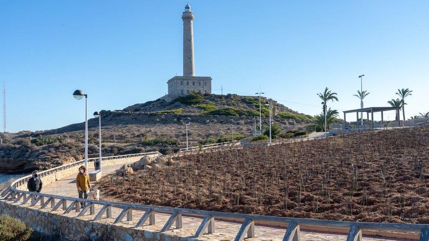 Arreglan las zonas verdes del faro de Cabo de Palos