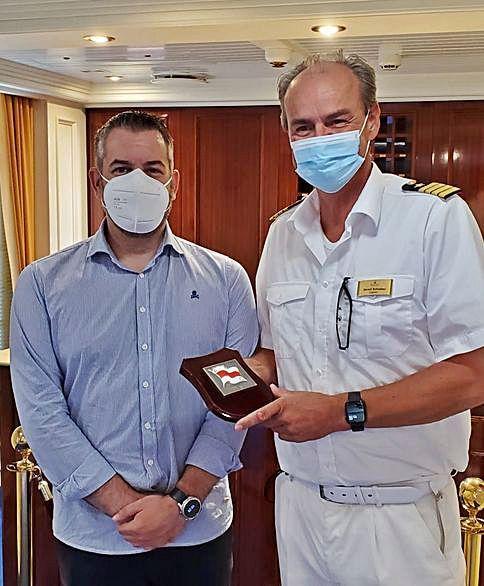 Pérez y Cía, que actuó como agente, entregó una metopa al capitán, Gerald Schöber.