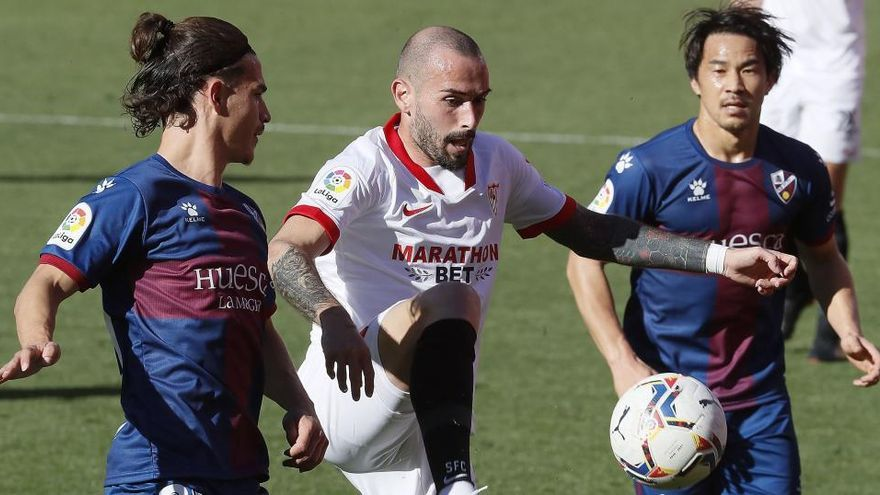El Sevilla supera por la mínima al Huesca y se asienta en puestos Champions