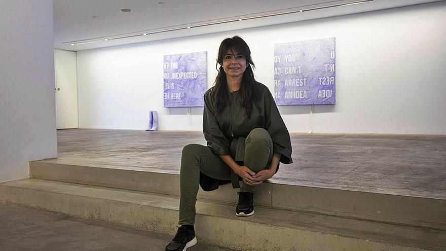 Framis transforma lienzos en vestidos con un mensaje escrito en boli Bic