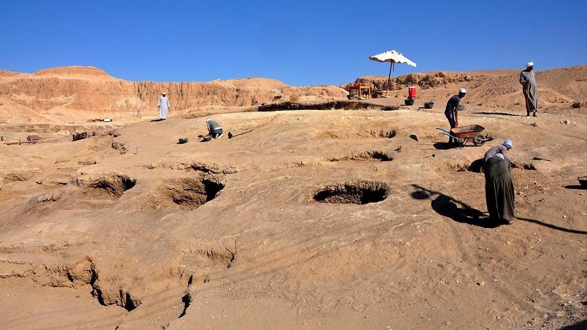 Imagen de archivo de trabajos de excavación en Luxor.