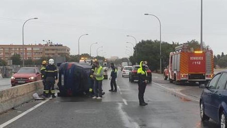 Aparatoso accidente de un coche junto a la rotonda de Santa Faz