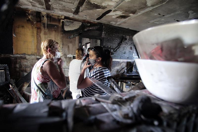Bermúdez visita a los vecinos y familias de Añaza afectadas por el último incendio en las viviendas