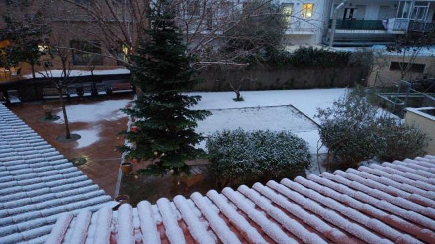 Una primera tongada de neu ja va enfarinar ahir el sud del Bages