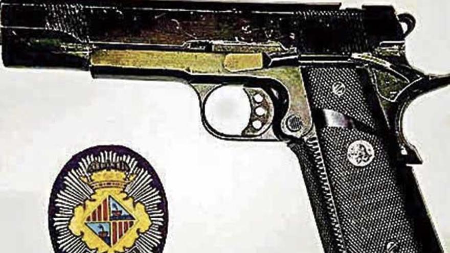 Sorprendido con una placa y una pistola falsas en Palma