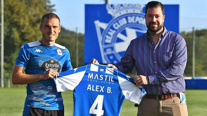 Álex Bergantiños posa en Abegondo con la camiseta de su nuevo patrocinador privado.    // ARCAY/ROLLER AGENCIA