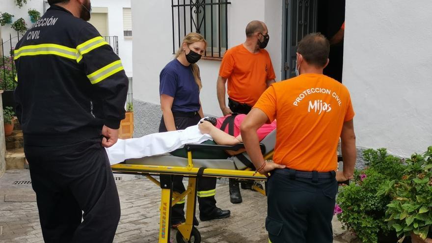 Voluntarios de Protección Civil y personal sanitario de Málaga ayudan en el realojo de personas vulnerables