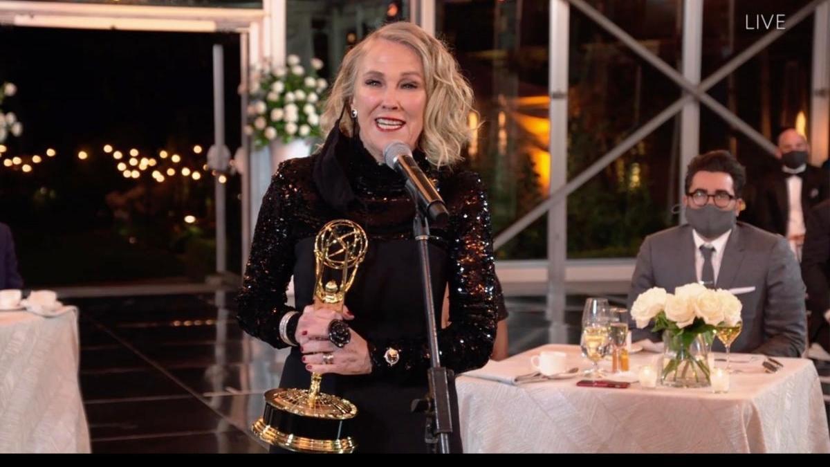 Catherine O'Hara con el Emmy de mejor actriz de comedia.