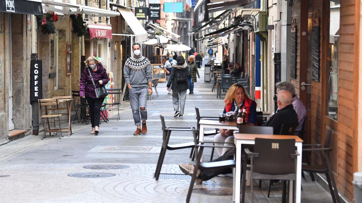 Clientes en terrazas de una céntrica calle de la ciudad.
