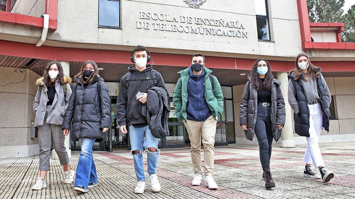 Alumnos de la Escola de Enxeñaría de Telecomunicación en una imagen de archivo de regreso a las clases presenciales.