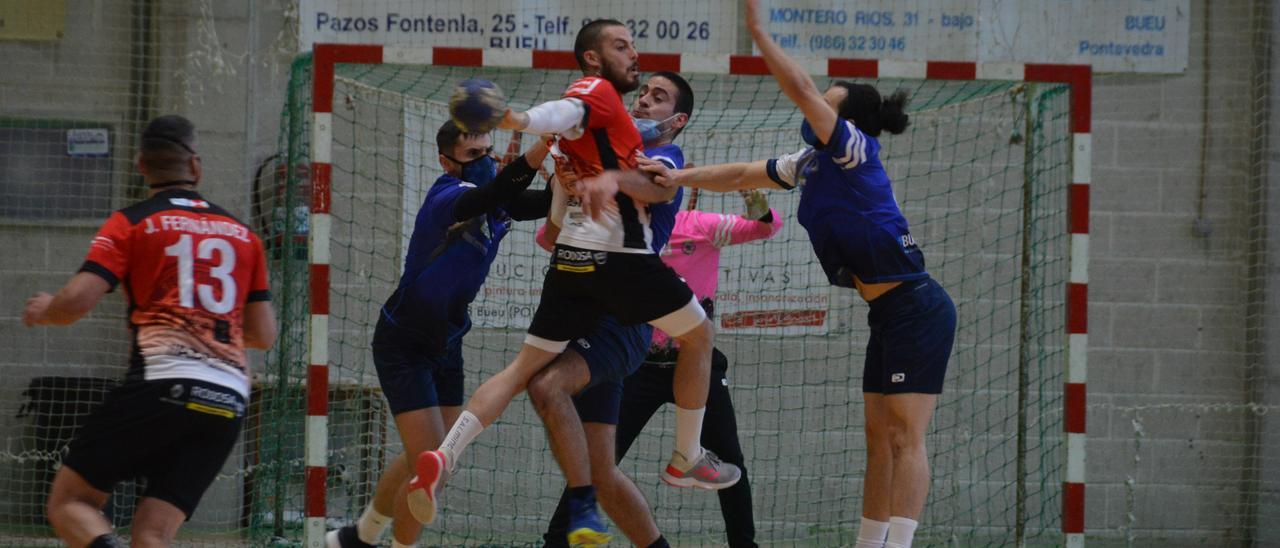 Una acción de un partido anterior entre Bueu Atlético y Reconquista.