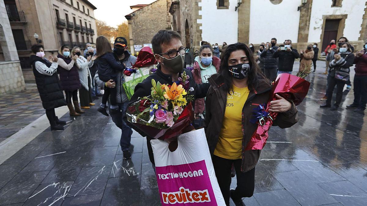 Los encerrados, ayer, recibiendo el apoyo de los hosteleros a su salida de la iglesia de San Antonio de Padua, en la plaza de Carlos Lobo. | Ricardo Solís