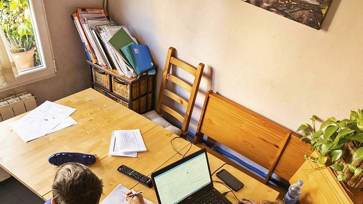 Dos niños estudian en casa durante el confinamiento.     EUROPA PRESS