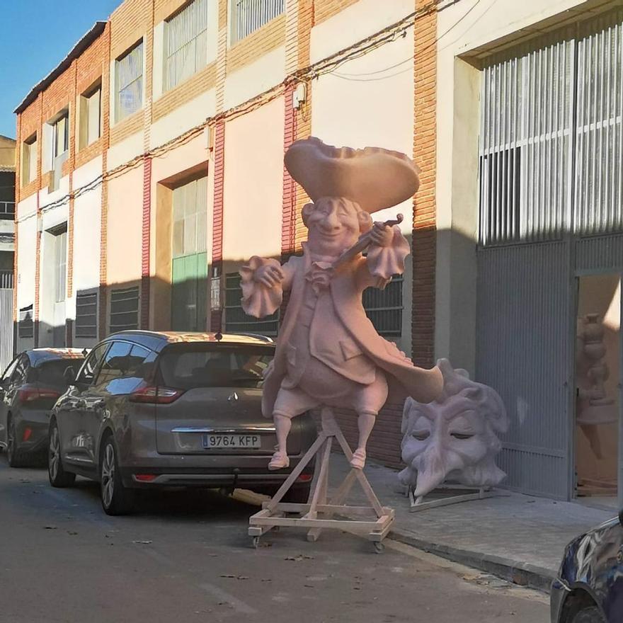 Grandes figuras que asoman a la puerta del taller de José Ramón Devís