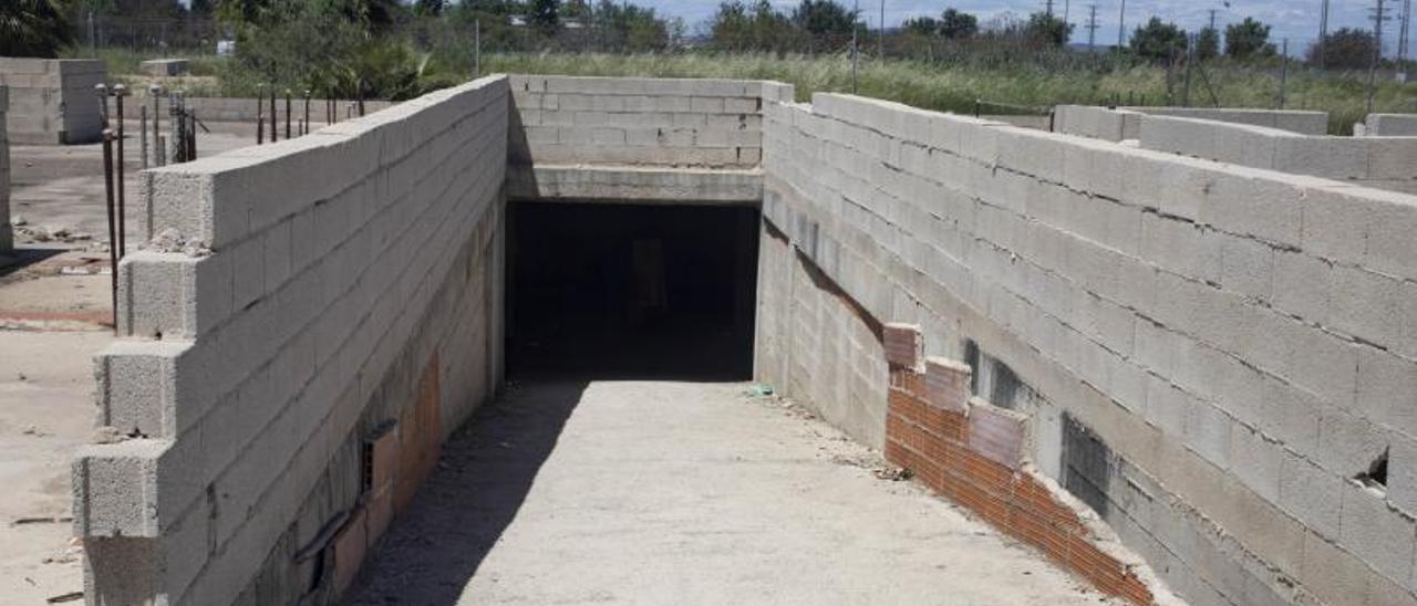 Rampa por la que se accede al subterráneo «okupado» en la calle Pedro Grande. | PERALES IBORRA