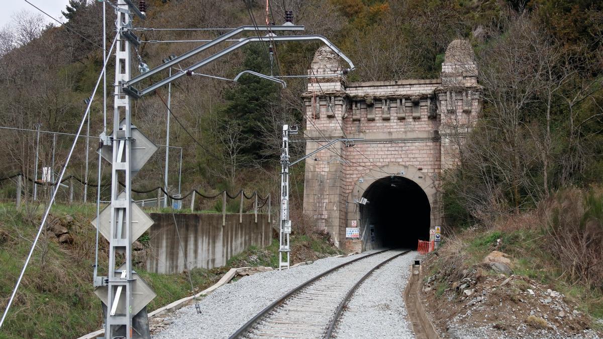 L'entrada del túnel de Toses (Ripollès) per on hi circulen els trens de l'R3 en direcció a Puigcerdà