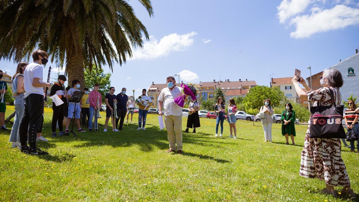 Uxío Grande, cos estudantes e compañeiros, tras recibir un diploma e un ramo de flores. /Bernabé
