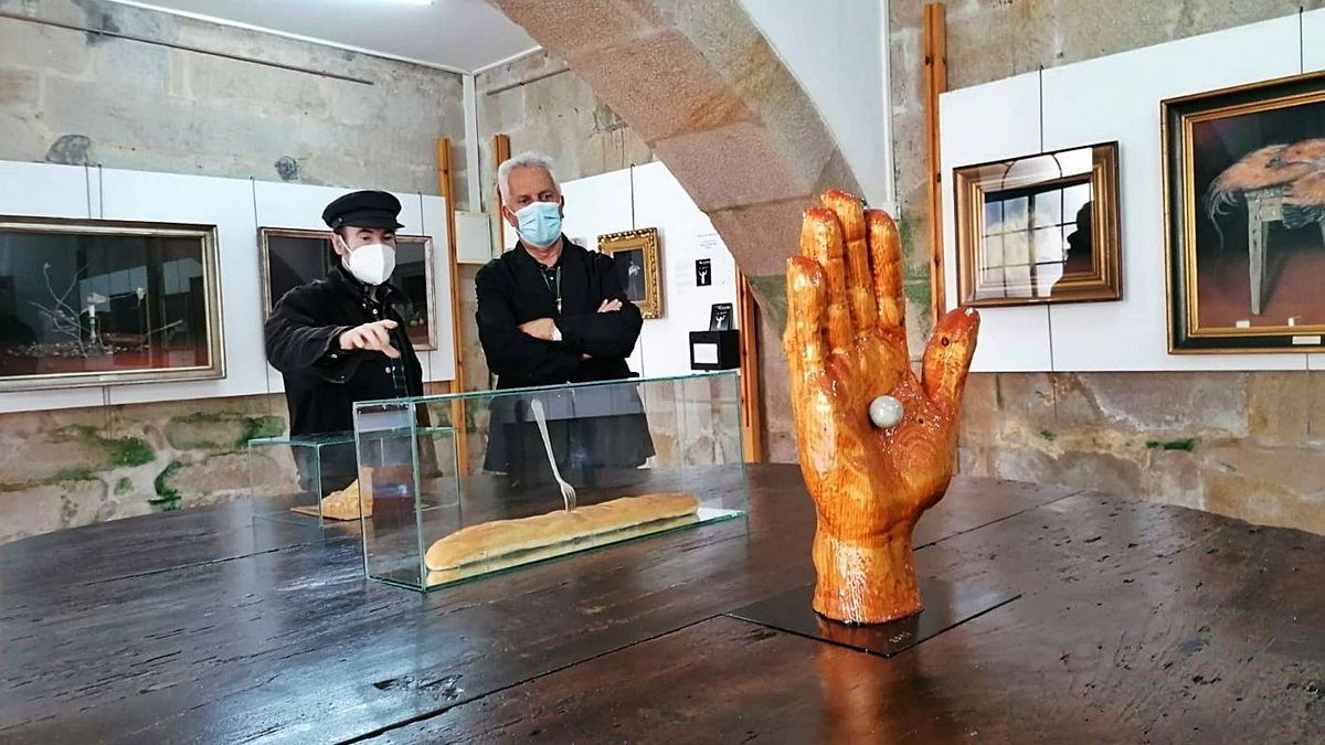 Diego de Giráldez y Luciano Sobral observan varias de las obras del artista.  | // FDV