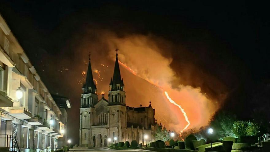 Las imágenes del incendio en el monte Priena, en las cercanías de Covadonga