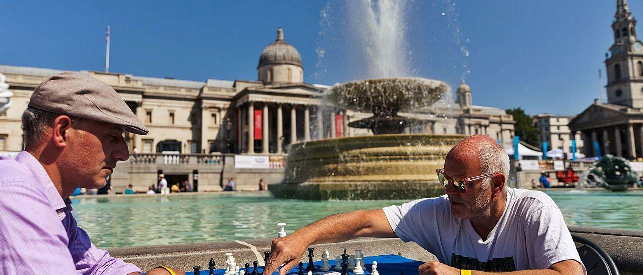 Un jugador mueve ficha durante un festival de ajedrez, ayer en Trafalgar Square, Londres.