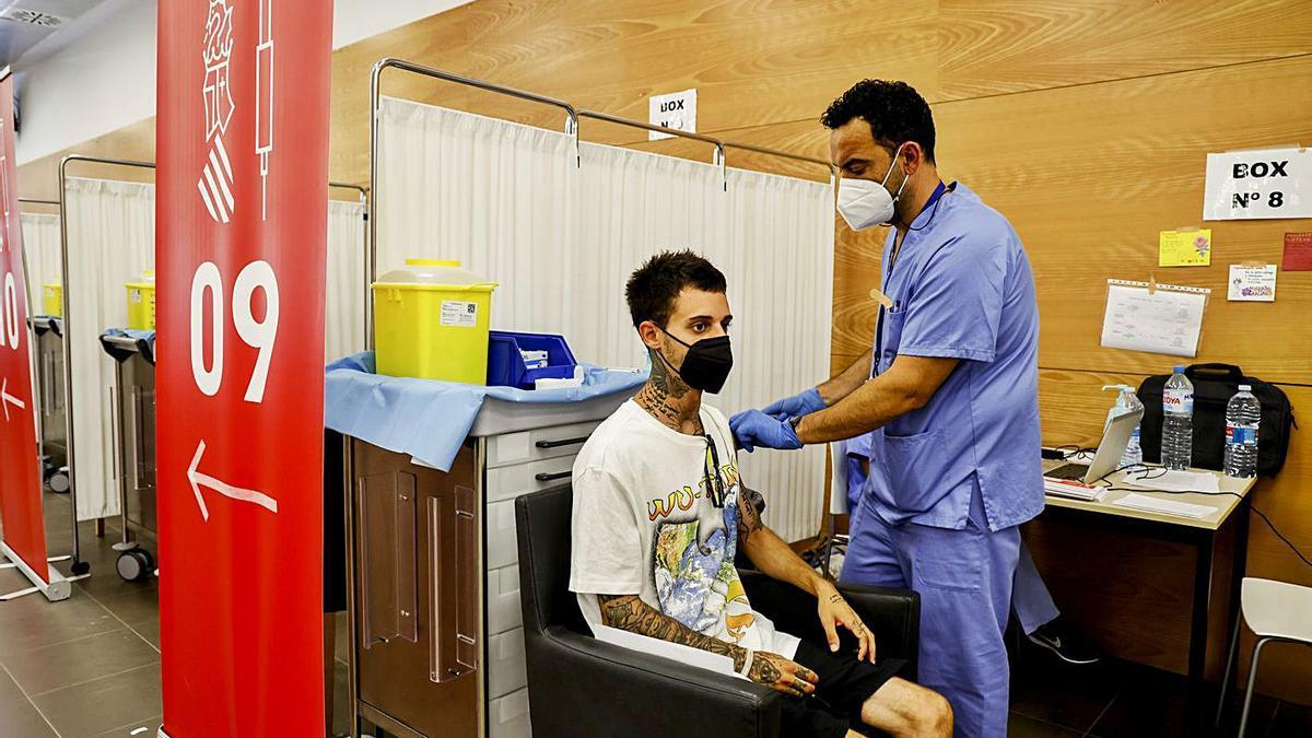 Jóvenes vacunándose en el área Jubiocio de València la semana pasada. | F. BUSTAMANTE