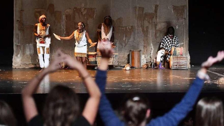 Más de 2.000 escolares gallegos aprenden música con 'griots' africanos e instrumentos futuristas