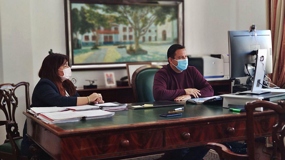 Raquel García y José Julián Mena, concejala de Hacienda y alcalde.