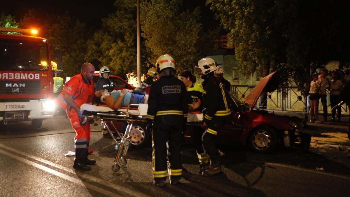 Cuatro heridos en un violento choque frontal de dos coches en la avenida del Corregidor