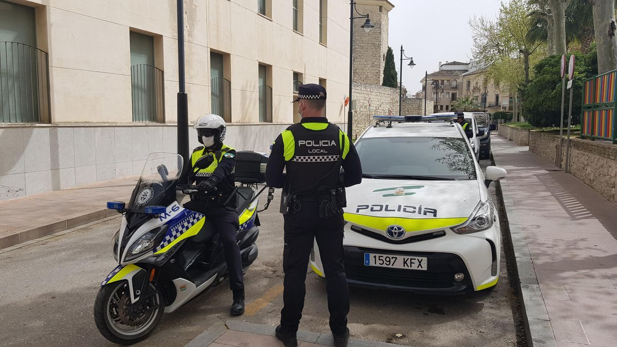 Dos agentes de la Policía Local de Lucena.