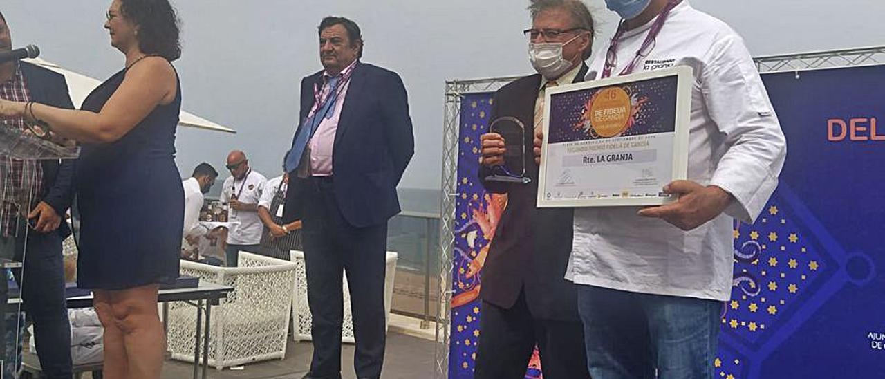 El chef de la Granja al recibir el segundo premio.   LEVANTE-EMV