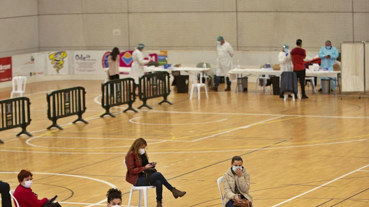 Sanitarios esperan su turno para vacunarse en el pabellón de Cabezo Beaza de Cartagena.