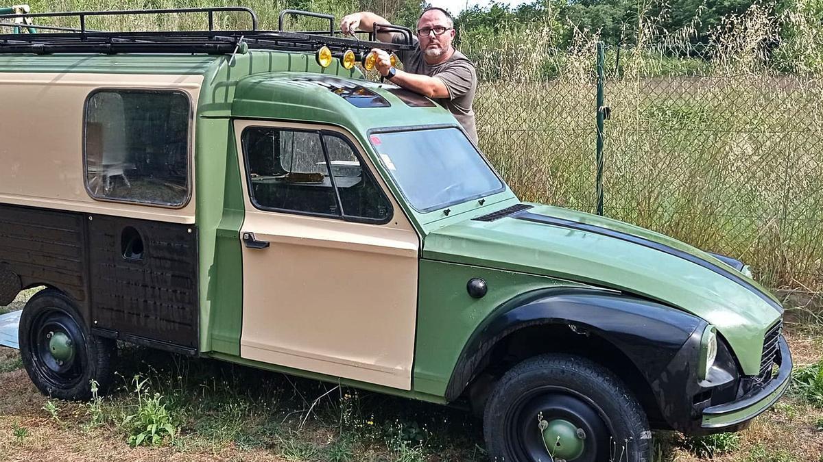 Guifré Figueres, de Caldes de Malavella, amb la furgoneta Citröen Acadiane restaurada per ell mateix.   DDG