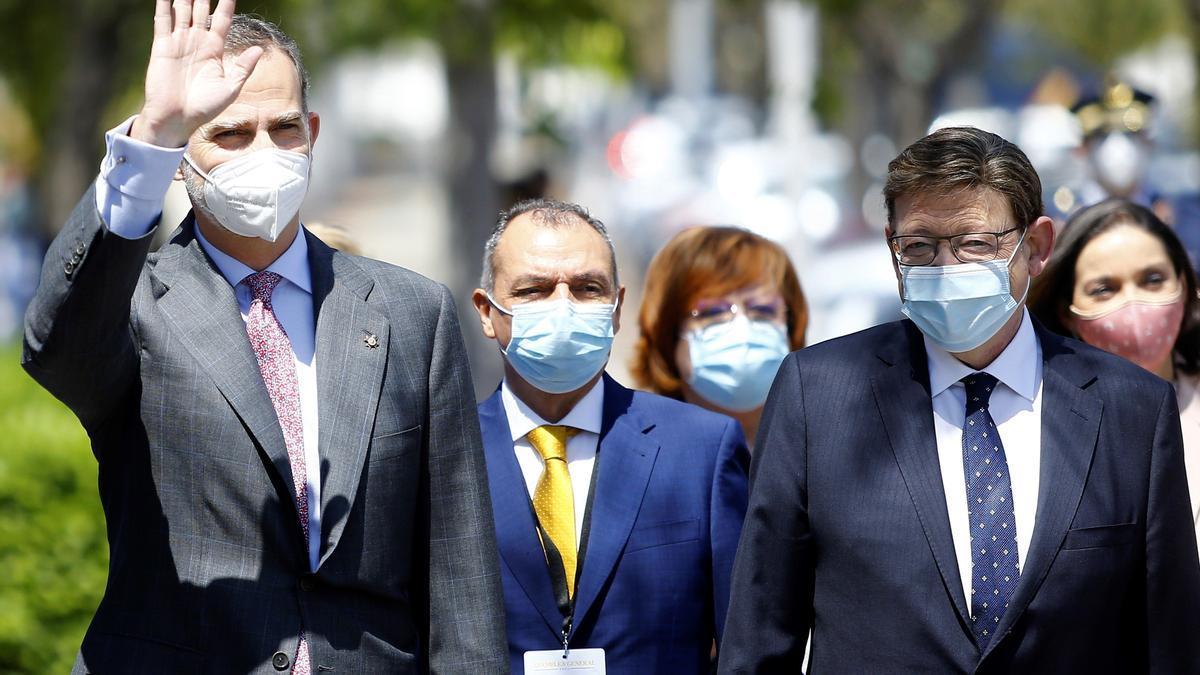 Felipe VI junto a Ximo Puig y Salvador Navarro.