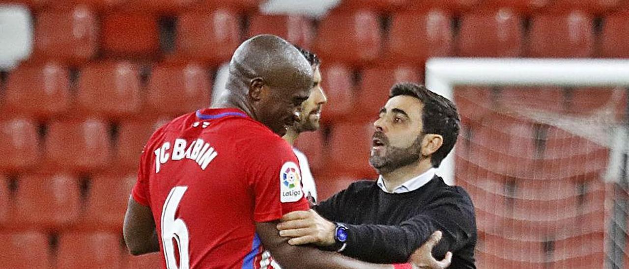 David Gallego corrige a Babin una acción al final del partido. | LaLiga