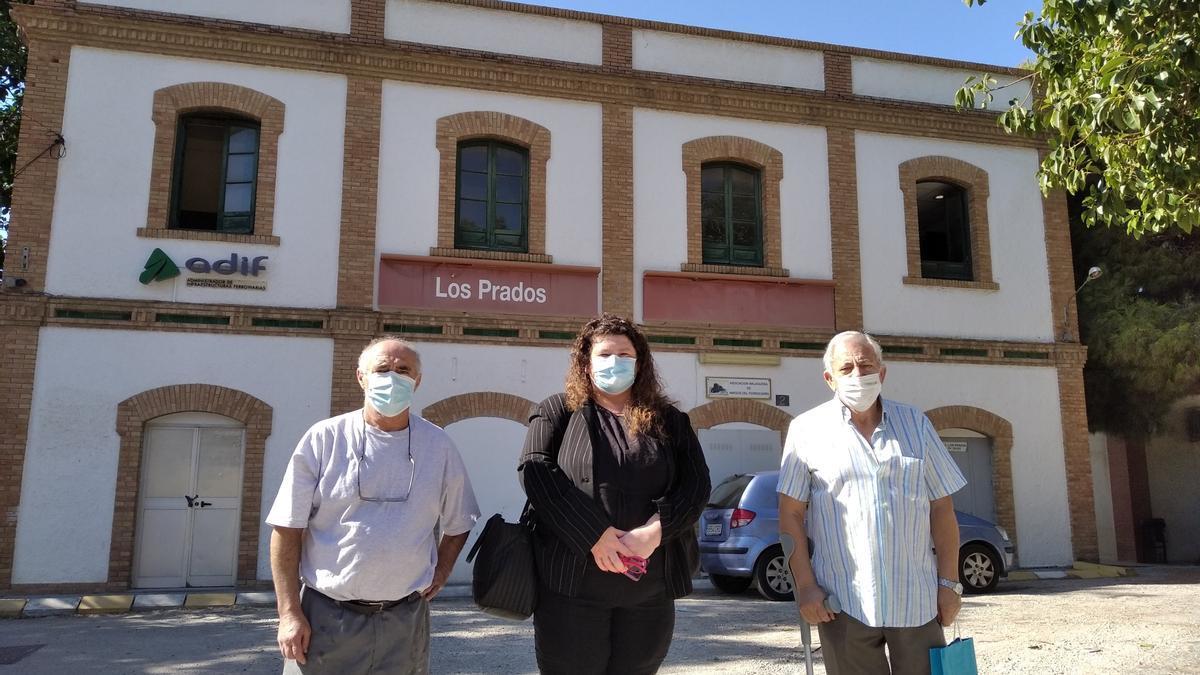 Dirigentes vecinales de Los Prados, delante de la estación el pasado otoño.
