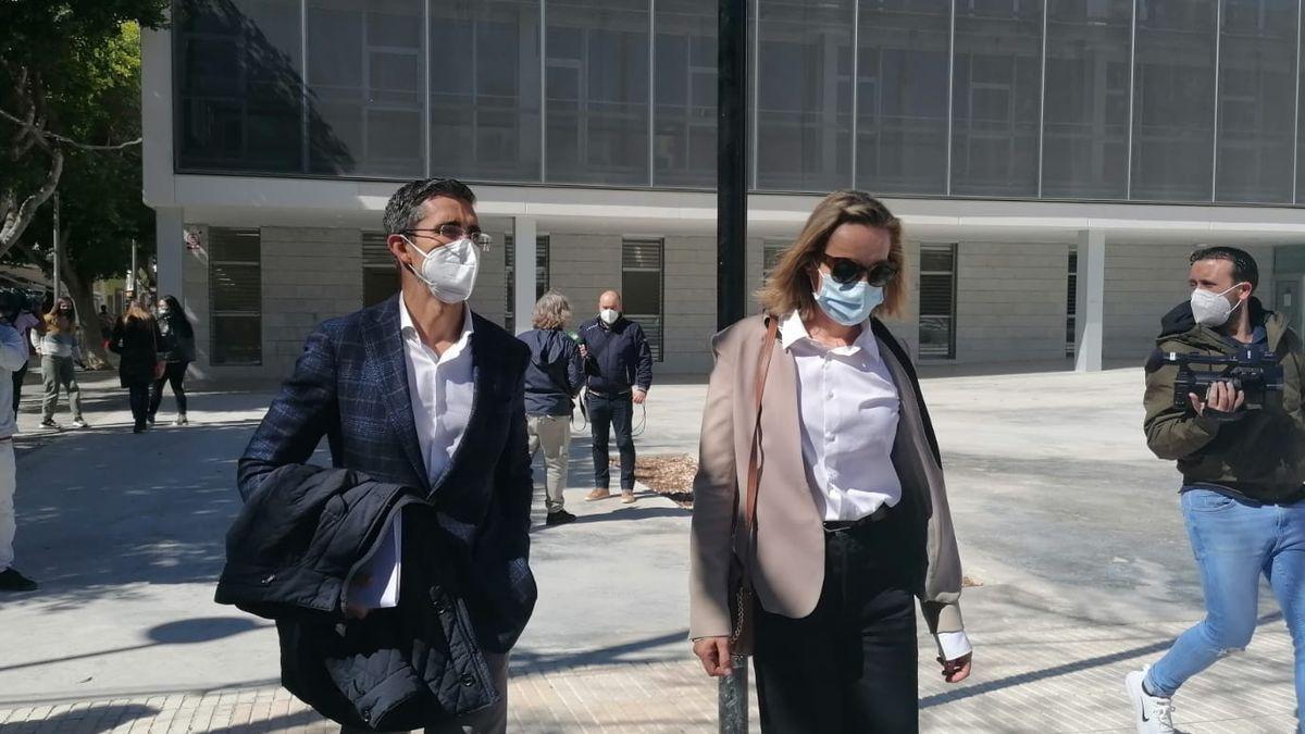 La implicada y su abogado saliendo de los Juzgados.