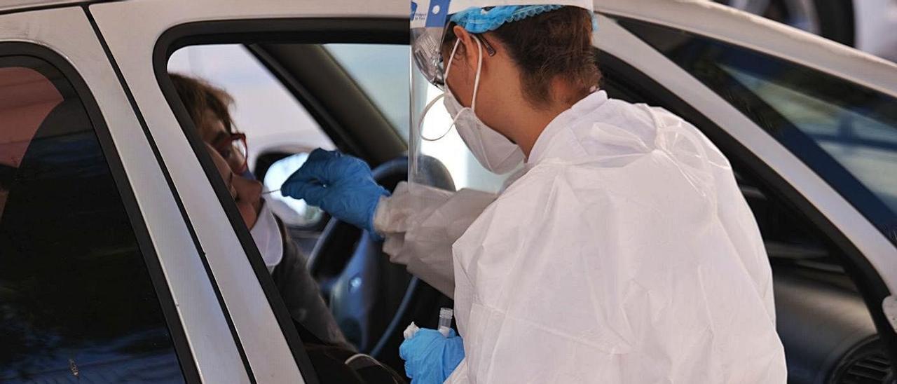 Realización de una prueba PCR a un posible paciente de covid, en una imagen de archivo.  | AXEL ÁLVAREZ