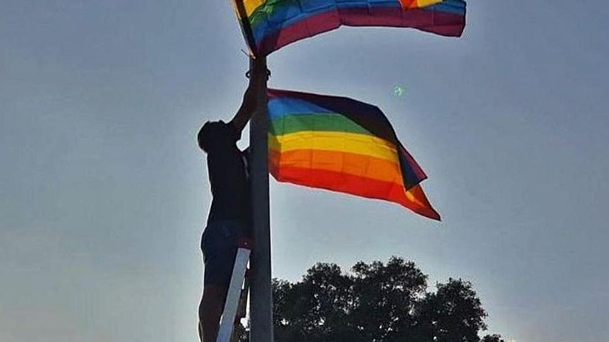 Banyoles pateix tres atacs LGTBI-fòbics per penjar la bandera del col·lectiu