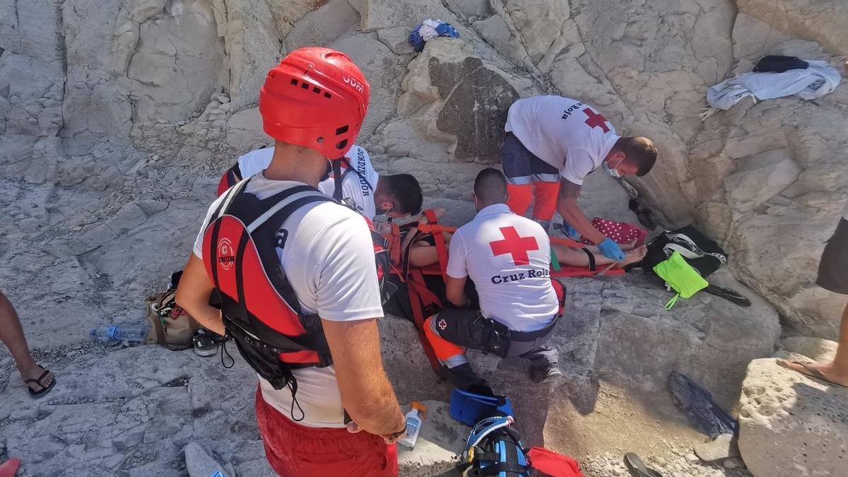Los socorristas de la Cruz Roja inmovilizan a la chica accidentada