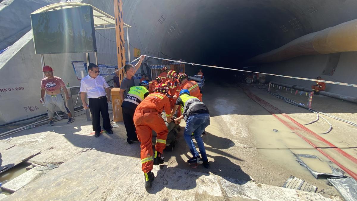 Un sitio de rescate en un túnel inundado en Zhuhai, provincia de Guangdong, en el sur de China.