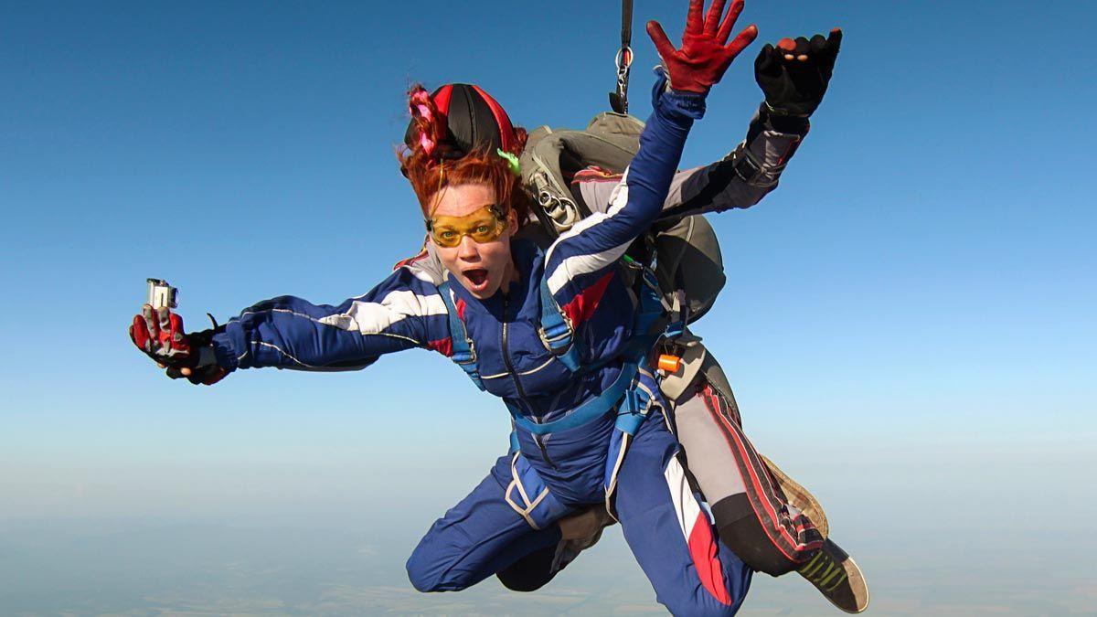 Una mujer se lanza en paracaídas en un salto en tándem.