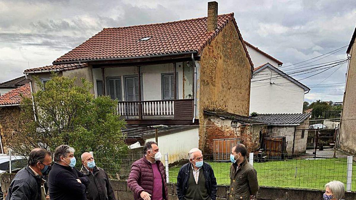 Los vecinos de Valdesoto, ayer, con Ángel García, segundo por la derecha, tras revisar el estado de la obra.