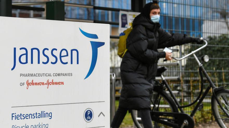La Comissió de Salut Pública acorda utilitzar Janssen per als grups de més edat i manté AstraZeneca fins als 65