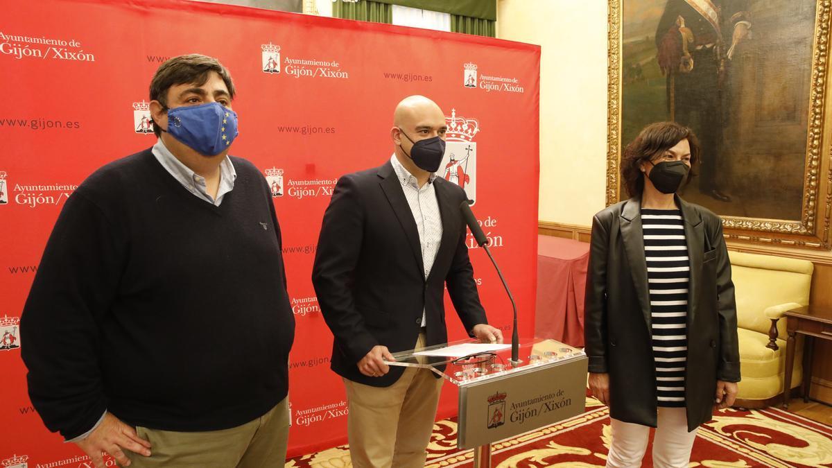 Por la izquierda, Pelayo Barcia, Jesús Martínez Salvador y Montserrat López.
