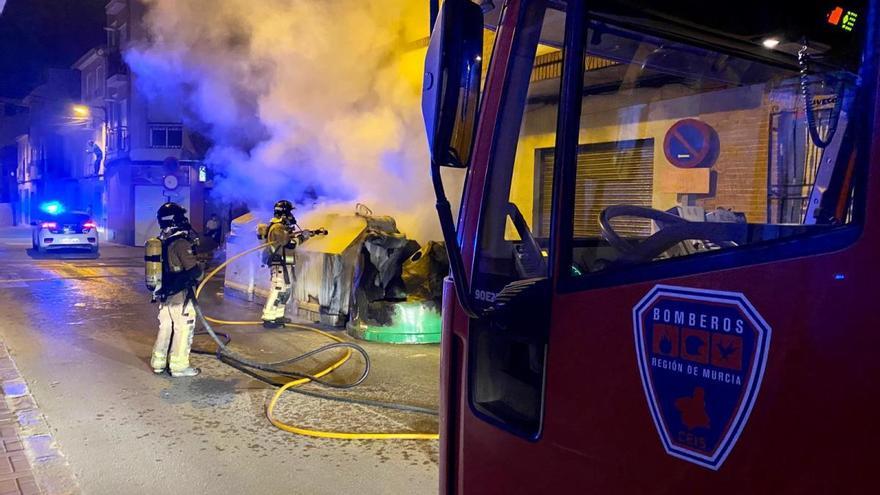 Arden varios contenedores en la calle Santa Gertrudis de Cieza